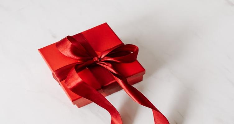 Стилни подаръци, с които да изненадате любимия